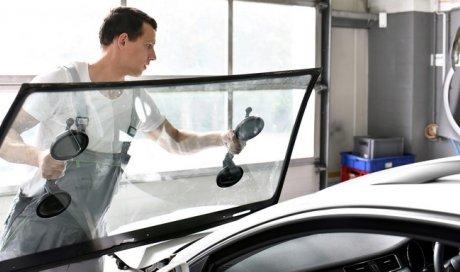 Professionnel pour le remplacement de pare-brise automobile Chabeuil